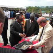 Monsieur Ali BONGO ONDIMBA et Vianney CONSIGNY (D.G.A FACO CONSTRUCTION) posant la première pierre