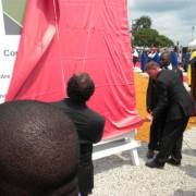Monsieur Ali BONGO ONDIMBA et Hans FAHRNI (D.G. FACO CONSTRUCTION) présentant la maquette